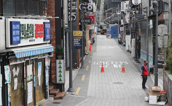 The streets of Itaewon, central Seoul, which usually boom with people on the weekends, spend a quiet Sunday as Level 4 social distancing rules stay in place for the seventh week. Itaewon's 2021 first quarter sales revenue dropped more than 80 percent since 2019, and the vacancy rate of the neighborhood's shopping district decreased to 31.9 percent in the second quarter of 2021. [NEWS1]