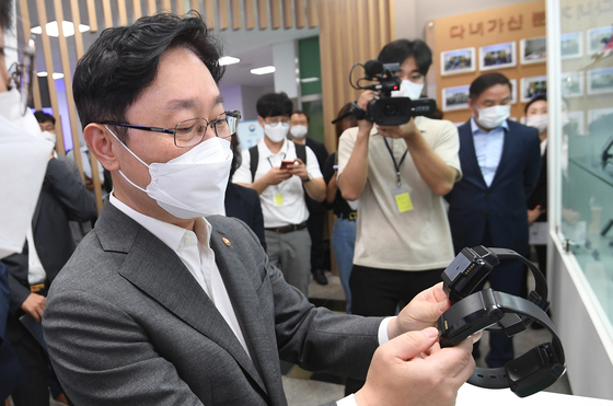 In this file photo, Justice Minister Park Beom-kye looks at location-tracking ankle monitors during his visit to the ministry's Central Monitoring Center in Dongdaemun District, eastern Seoul, on July 26.  [YONHAP]