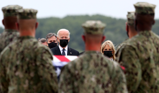 U.S. President Joe Biden and first lady Jill Biden attend the return Sunday of the remains of U.S. military servicemen killed in a suicide bombing at Hamid Karzai International Airport. [REUTERS/YONHAP]