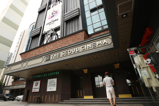 A visitor walks into The Seoul Cinema, located in central Seoul, on Tuesday afternoon, a day before the theater shuts down after 42 years of operation. The cinema held a ″Thank You″ event and gave free tickets to the first 100 visitors who arrived on Tuesday. [YONHAP]