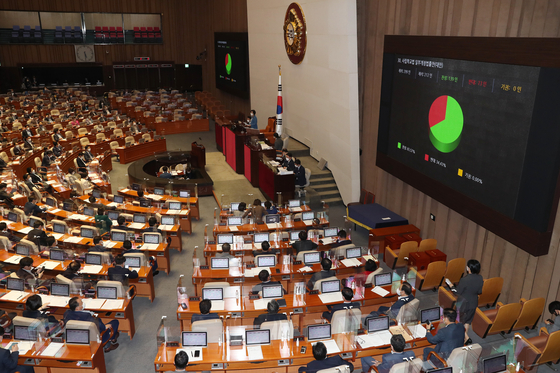 The ″Anti-Google law,″ or the a revision of the Telecommunications Business Act, passed the National Assembly's on Tuesday, making Korea the first country to prohibit app market operators from enforcing in-app purchase systems. [YONHAP]