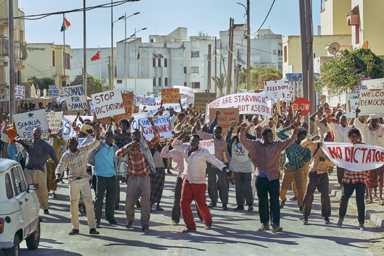 """A scene from the film """"Escape From Mogadishu,"""" portraying Somali civilians protesting against the central government. [LOTTE ENTERTAINMENT]"""