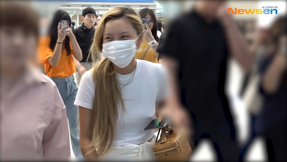 Hwasa of girl group Mamamoo stirred controversy in 2019 for not wearing a bra at the airport. [NEWSEN]
