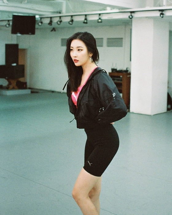 Singer Sunmi wearing bicycle shorts [SCREEN CAPTURE]