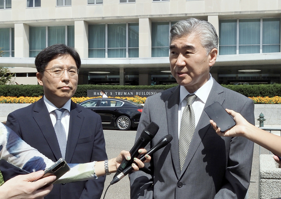 U.S. nuclear envoy Sung Kim, right, and his South Korean counterpart, Noh Kyu-duk, left, speak to the press after their meeting in Washington D.C. on Monday. [YONHAP]