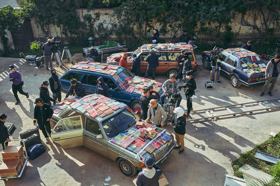 A car chase scene in the film as embassy workers and their families attempt to escape to the embassy of Italy is one of the most dramatic in the film. [LOTTE ENTERTAINMENT]