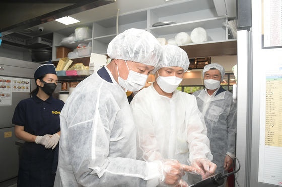 Minister of Food and Drug Safety Kim Kang-lib, performs a sanitation check at a gimbap restaurant in Gyeonggi on Aug. 13 after reports of food poisoning. [YONHAP]