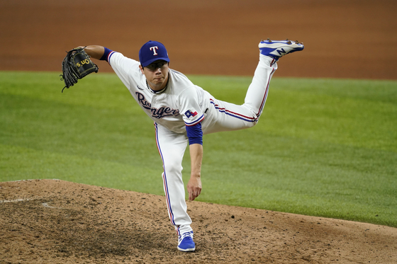 Yang Hyeon-jong of the Texas Rangers follows through on his delivery to the Houston Astros in the seventh inning of a baseball game in Arlington, Texas on Aug. 28. [AP/YONHAP]