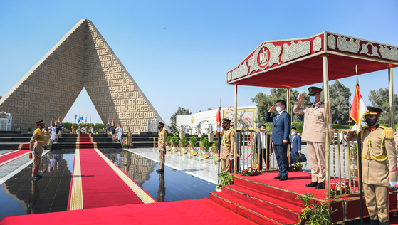 Korean Defense Minister Suh Wook, left, and his Egyptian counterpart, Mohamed Ahmed Zaki Mohamed, salute at the Unknown Soldier Memorial in Cairo on Wednesday. Suh was on a two-day visit to Egypt, the first Korean defense minister to visit the Middle Eastern country, and held talks on enhancing bilateral security and defense industry cooperation. [DEFENSE MINISTRY]