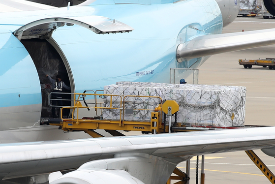 Boxes of Pfizer's Covid-19 vaccines are unloaded from an aircraft in the cargo terminal of Incheon International Airport on Wednesday. [YONHAP]
