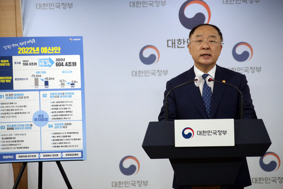 Finance Minister Hong Nam-ki announces next year's budget as well as the national debt estimate at the government complex in Seoul on Tuesday. While the spending plan for next year is an all-time record of 604.4 trillion won, so is the national debt, which is expected to exceed 1,000 trillion won. [YONHAP]