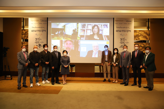 Panel members and guest speakers of the 2021 Culture Communication Forum pose in front of guest speakers who joined via video call on Wednesday. [COREA IMAGE COMMUNICATION INSTITUTE]