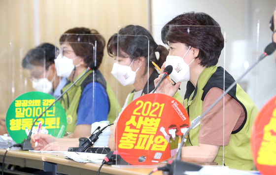 Lee Seon-hee, chief vice president of the Korean Health and Medical Workers' Union, speaks during the last-ditch talks with the Ministry of Health and Welfare at the Korea Institute for Healthcare Accreditation in Seoul on Wednesday. [NEWS1]