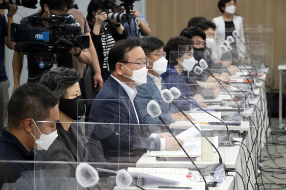 Prime Minister Kim Boo-kyum heads a meeting on youth policy at start-up center Front1 in Mapo District, Seoul, on Thursday. [YONHAP]