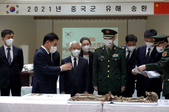 Korea and China on Wednesday hold a ceremony to casket the remains of 109 Chinese soldiers killed in the 1950-53 Korean War at an Army base in Incheon. The remains will be repatriated to China on Thursday. [DEFENSE MINISTRY]