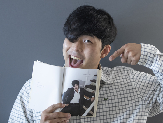 """Choi Joon, the persona of comedian Kim Hae-jun, is showing his recently-published photo essay, titled ″Oh? You're Pretty Today, Too"""" (translated). [KWON HYUK-JAE]"""