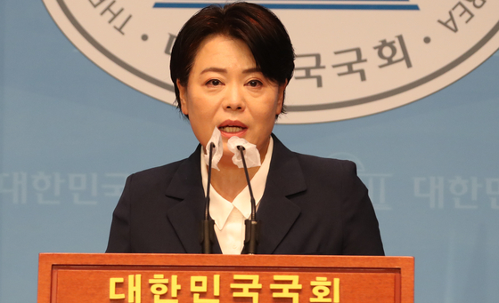 Rep. Yun Hee-suk of the People Power Party announces her decision to resign on Aug. 25 in a press conference at the National Assembly. [YONHAP]
