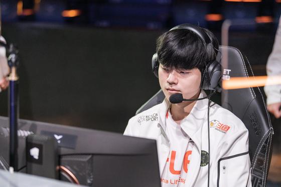 "Hanwha Life Esports bot laner Kim ""Deft"" Hyeok-gyu sets up to play at LoL Park. [RIOT GAMES]"
