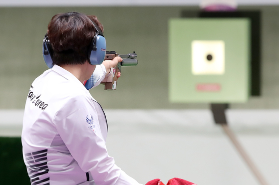 Kim Youn-mi shoots during the women's 10-meter air pistol class one final on Tuesday at the Asaka Shooting Range in Tokyo. She finished fourth with 191.6 points. [NEWS1]