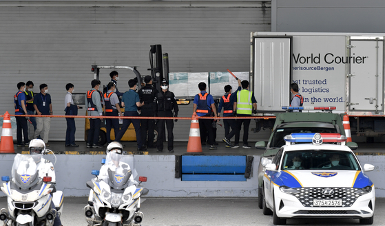 Workers load boxes carrying 526,500 doses of Pfizer's Covid-19 vaccine from Romania onto a truck at the cargo terminal of Incheon International Airport on Thursday. The vaccines are part of 1.5 million doses that Korea is getting from Romania under a vaccine cooperation program. [YONHAP]