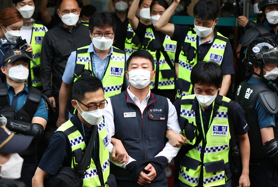 The Seoul Metropolitan Police Agency on Thursday arrested President Yang Kyeung-soo of the Korean Confederation of Trade Unions on charges of organizing illegal rallies. [YONHAP]