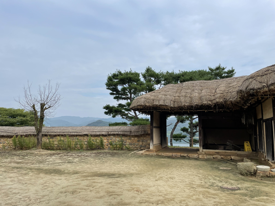 Many homes were built to showcase the nature and temperate climate of the area. Homes were designed so that residents could view the outside from where they were sitting inside their homes. [LEE SUN-MIN]