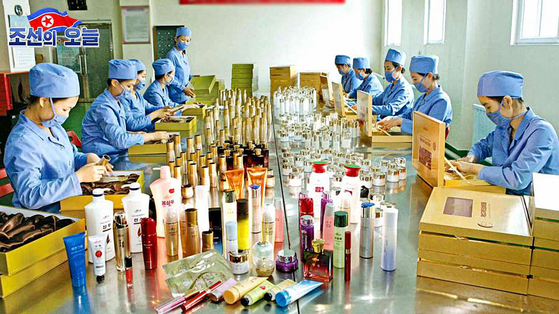 Employees package skin care products, BB creams and mascaras, at a factory in North Korea. Media outlet DPRK Today reported on Thursday that products from North Korea's Kumgangsan Cosmetics are gaining popularity among North Korean women. [YONHAP]