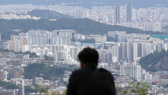 A bird's-eye view of apartments from N Seoul Tower, central Seoul, on Thursday. Prices of wolse, or monthly rent, in August rose 0.9 percent on year. The figure is the biggest on year rise since July 2014. [YONHAP]