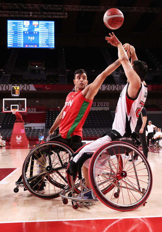 Korean and Iranian players compete for the ball during the 9/10 playoff game at the 2020 Tokyo Paralympics on Thursday. [REUTERS/YONHAP]