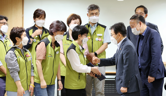 Na Soon-ja, president of the Korean Health and Medical Workers' Union (KHMU), exchanges a fist bump with Health Minister Kwon Deok-cheol on Thursday after reaching an agreement to avoid the planned strike. [NEWS1]