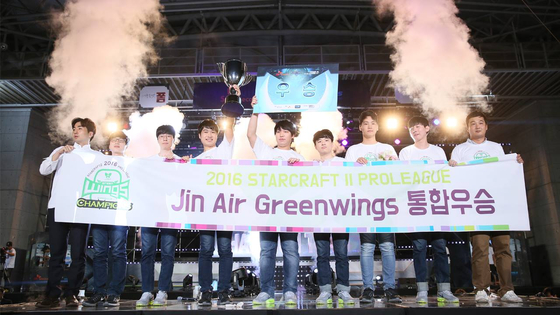 Jin Air Greenwings celebrate their victory on stage. [KESPA]