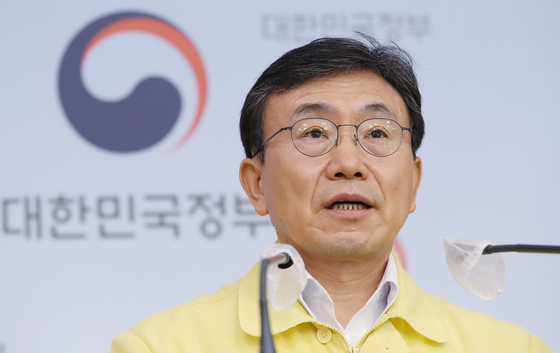 Minister of Health and Welfare Kwon Deok-chul announces social distancing measures for the Chuseok holidays and early October at a briefing at the Central Government Complex in Seoul on Friday. The current Level 4 measures will remain in place in the greater Seoul area and Level 3 measures throughout the rest of the country. [NEWS1]
