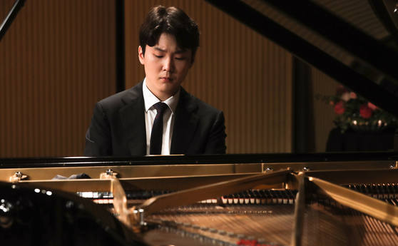 Pianist Cho Seong-jin performs during a press conference held at the Seoul Arts Center on Friday. [YONHAP]