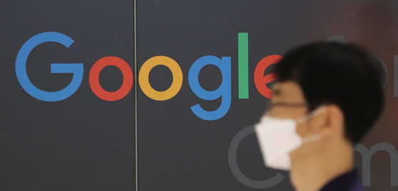 A passerby walks past Google Korea's logo at Google Korea's Startup Campus in Gangnam, southern Seoul, on Aug. 30. Korea became the first country in the world to pass a law to ban app store markets, namely Google and Apple, from forcing app developers to use their in-app purchase systems on Tuesday. [NEWS1]