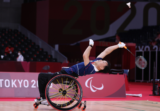 Lee Dong-seop stretches for the shuttlecock during a game at the 2020 Tokyo Paralympics on Saturday. [YONHAP]