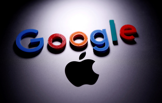 A 3-D printed Google logo is placed on the Apple Macbook in this illustration. [REUTERS/YONHAP]