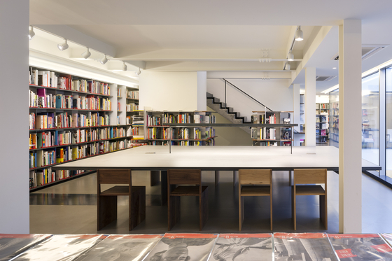 The Hyundai Card Design Library in Jongno District, central Seoul, has thousands of rare design books. [ONE O ONE ARCHITECTS]