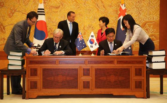 Signing of the Korea-Australia FTA in 2014, Seoul, attended in person by Australia's then-Prime Minister Tony Abbott, left, and Korea's then-President Park Geun-hye, right. [AUSTRALIAN EMBASSY IN SEOUL]