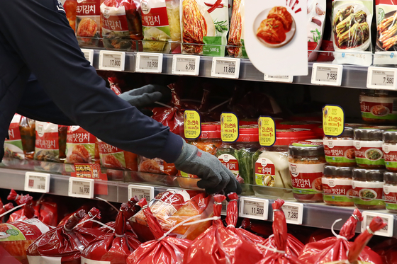 Kimchi on sales at a grocery store in Seoul in April. Kimchi in the first half recorded a surplus largely thanks to signifiant drop in import from China. [YONHAP]