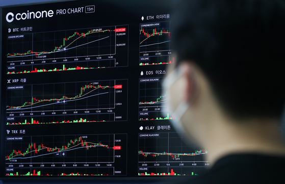 Bitcoin prices are shown on a digital screen at CoinOne's office in Yongsan District, central Seoul, on Monday. Bitcoin has been rising, trading at 59.2 million won ($51,000) as of 9:02 a.m. Monday, up 2.21 percent compared to the previous day. [YONHAP]