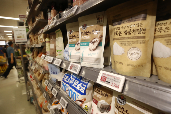 Packs of salt are displayed at a discount mart in Seoul on Monday. According to the Korean Statistical Information Service on Monday, the price of salt in August rose 14.6 percent on year. The increase is the biggest increase since July 2012. [YONHAP]