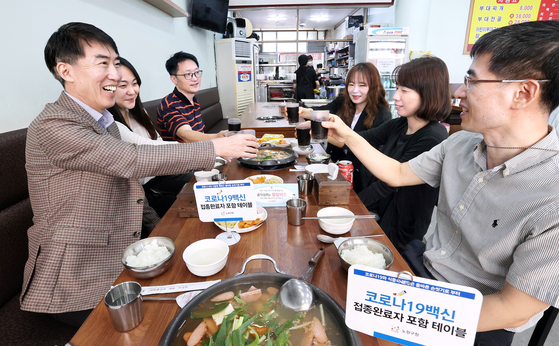 Six people have lunch together at a restaurant in Nowon District, northern Seoul, on Monday, when the country eased social distancing rules and allowed private gatherings of up to six people, including at least two fully vaccinated people before 6 p.m. and four after 6, in areas under Level 4. [YONHAP]
