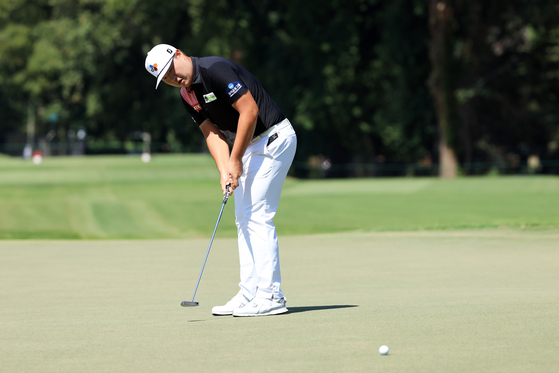 Im Sung-jae putts on the second green during the final round of the TOUR Championship on Sunday at East Lake Golf Club in Atlanta, Georgia. [GETTY IMAGES]