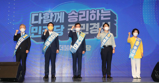 From left, presidential hopefuls of the ruling Democratic Party (DP), Lee Jae-myung, Kim Doo-kwan, Lee Nak-yon, Park Yong-jin and Choo Mi-ae, take part in a primary event held at the CJB Convention Center in Cheongju, North Chungcheong, on Sunday. Gyeonggi Gov. Lee Jae-myung won a sweeping victory in the first round of the DP's national presidential primary election in Daejeon Saturday, earning more than 54 percent of the votes, followed by Rep. Lee Nak-yon and former Prime Minister Chung Sye-kyun. Gov. Lee also came in the lead for Sunday's Sejong-North Chungcheong primary, again earning more than 54 percent of the votes, followed by Rep. Lee at 29 percent and Choo at 7 percent. [NEWS1]