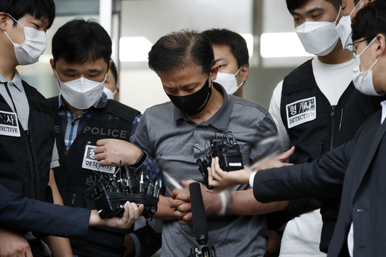 Kang Yun-seong, 56, who allegedly killed two women last month after cutting off his ankle monitor, is escorted out of Songpa Police Precinct and transferred to the Seoul Eastern District Prosecutors' Office on Tuesday morning. Kang faces six charges in total, including murder, violation of laws on parolee's monitoring devices, robbery and fraud. The police said that Kang's motives for murder stemmed from his financial issues. [NEWS1]
