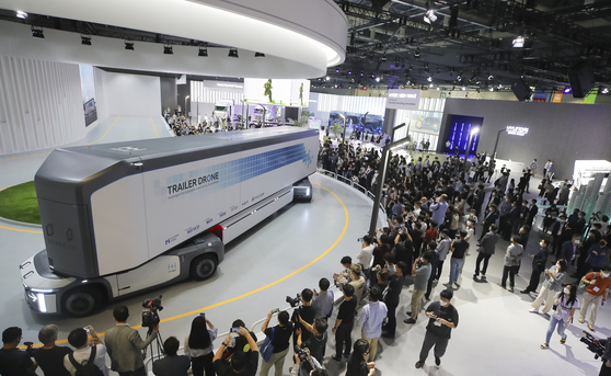 Visitors look at Hyundai Motor's trailer drone during the H2 Mobility+Energy Show at Kintex, Goyang in Gyeonggi, on Wednesday. A trailer drone is a hydrogen-powered container transportation system that is fully autonomous. The event runs through Saturday. [NEWS1]