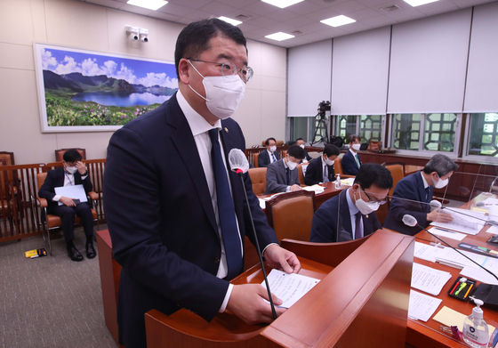 First Vice Minister Choi Jong-kun speaks at the Foreign Affairs and Unification Committee hearing at the National Assembly in Seoul on Tuesday. [IM HYUN-DONG]