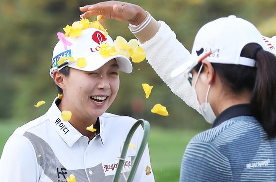 Kim Hyo-joo celebrates her KB Championship title on Aug. 18, 2020 at Black Stone Golf Club in Icheon, Gyeonggi. [YONHAP]