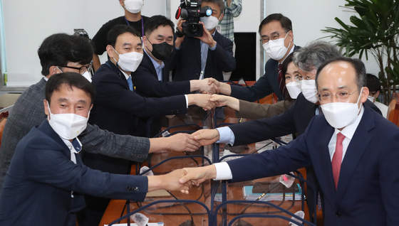 Eight members of the consultative body to review the amendment to the Press Arbitration Act hold their first meeting at the National Assembly on Wednesday. The members include experts and lawmakers from both the ruling Democratic Party and main opposition People Power Party. [YONHAP]