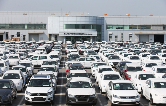 Audi and Volkswage vehicle at a pre-delivery center in Pyeongtaek, Gyeonggi in June 2016, the first time the German automaker was caught for intentionally falsifying its gas emission. [YONHAP]